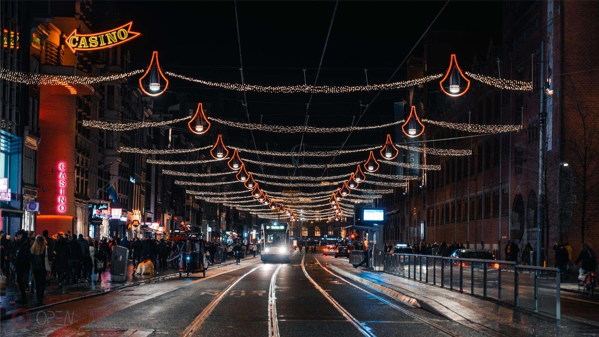 Straßenbahn fährt Nachts in Amsterdam am Lichterfestival