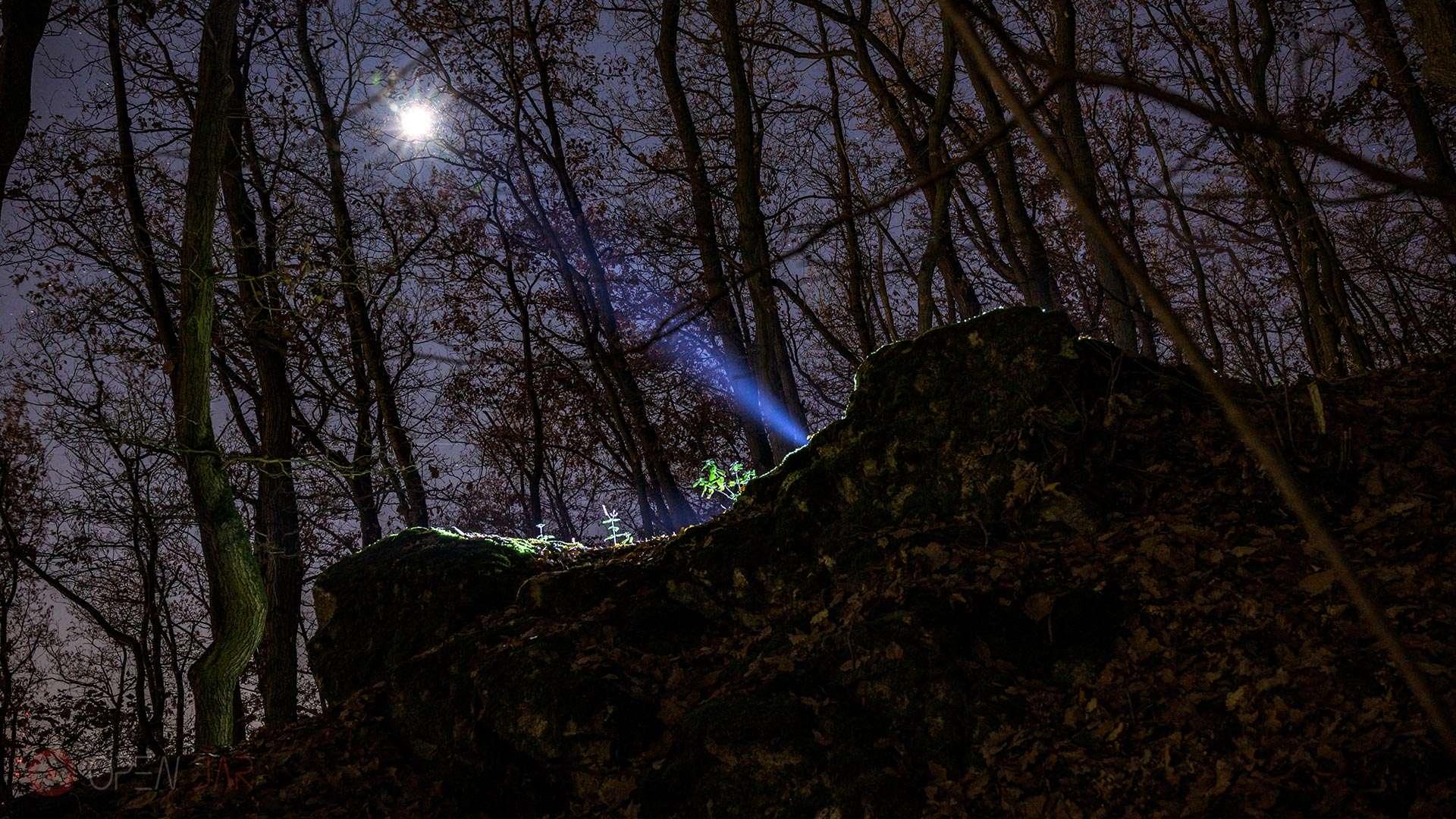 Eine Taschenlampe scheint den Mond an.