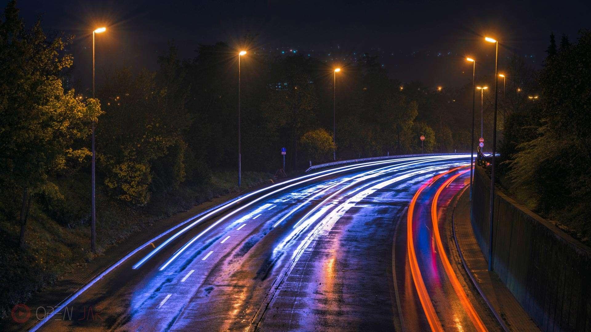 Reflektion der Autolichter im Wasser