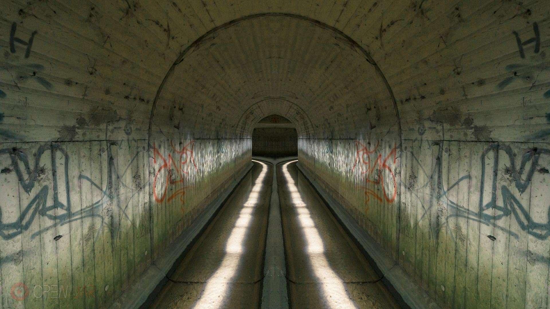 Ein Tunnel der Kanalisation wird durch Wasserspiegelung mit Licht angemalt