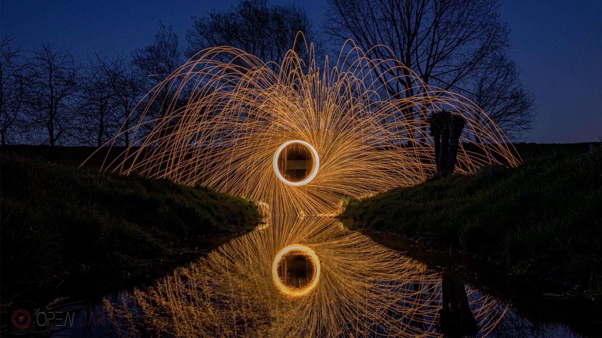 Stahlwolle wird über einem Bach geschleudert reflektiert im Wasser