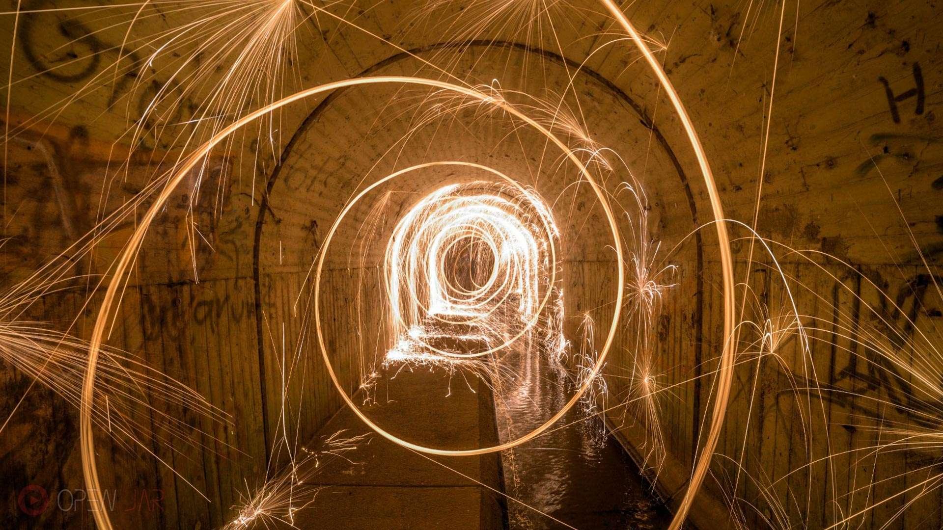 Stahlwolle wird in einem Tunnel geschleudert und die Funken springen von den Wänden