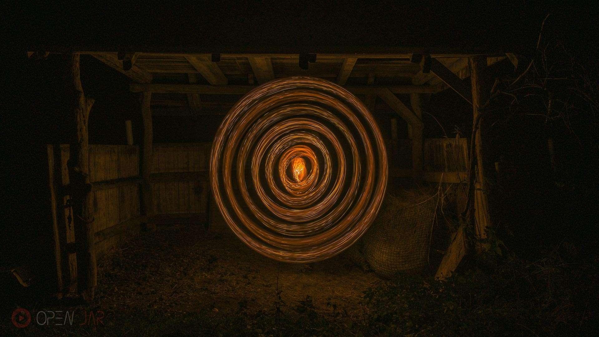 Lichterkette wird in einem Stall zu einem Kresi geschleudert